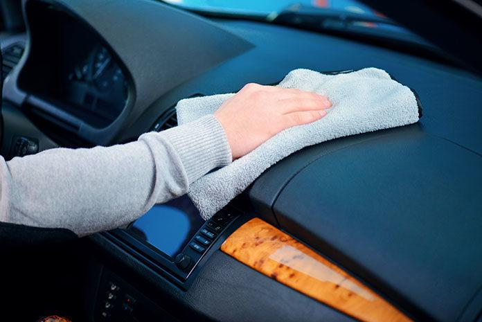 W jaki sposób poradzić sobie z wilgocią w samochodzie?